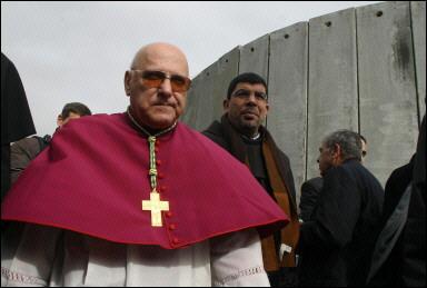Monseigneur Sabbah entre à Bethléem emmurée le 24 décembre 2005