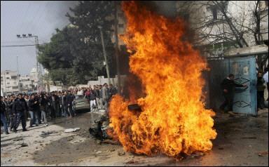 Gaza, assassinats ciblés. Des drones ou des hélicoptères de combat Apache tirent des missiles sur des véhicules palestiniens où se trouvent supposément des membres de la résistance.