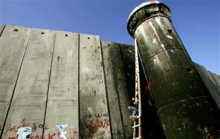 Le mur d'annexion israélien, devant le camp d'Aïda, à Bethléem. Mai 2006