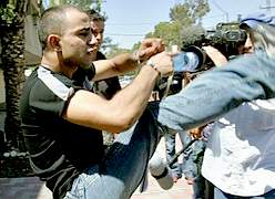 http://www.france-palestine.org/IMG/jpg/meurtrier_Tom_attaque_journalistes_27_6_2005.jpg