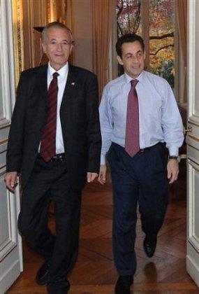 M.Ezra et Sarkozy à l'issue de leur rencontre lundi 12 décembre 2005...