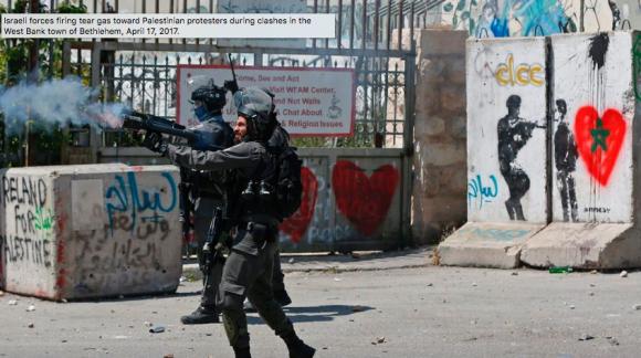 Forces israéliennes tirant des cartouches de gaz contre des manifestants palestiniens lors d'affrontements à Bethléem le 17.04.1017. Crédit Ahmad Gharabli/AFP