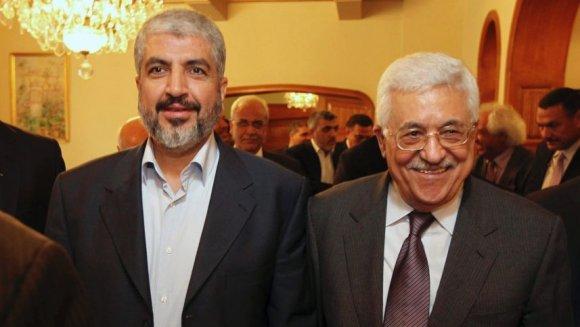 Le président palestinien Mahmoud Abbas et le chef politique du Hamas Khaled Meshal, vus ensemble pendant leur rencontre au Caire, en Egypte, le jeudi 24 novembre 2011. Crédit AP