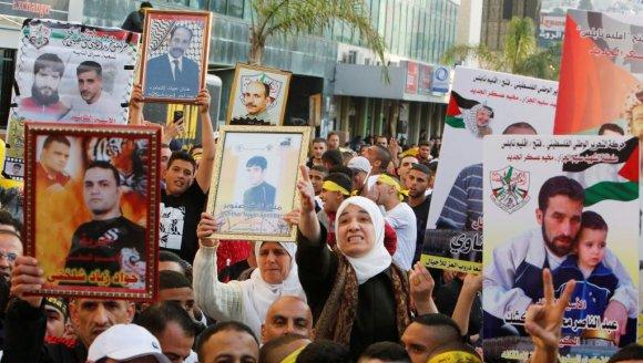Manifestation de soutien aux Palestiniens détenus dans les prisons israéliennes, ici le 16 avril 2017 à Naplouse, en Cisjordanie. REUTERS/Abed Omar Qusini