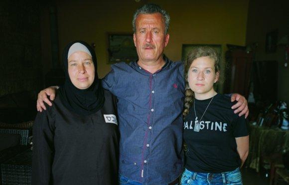 Nariman Tamimi (à gauche), Bassem Tamimi (au centre), et Ahed Tamimi rencontrés chez eux à Nabi Saleh, en février 2017. (Oren Ziv/Activestills.org)