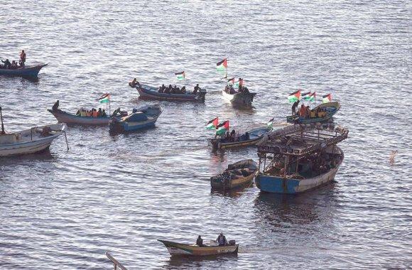 Des bateaux palestiniens hissant leur drapeau national en soutien à la « flottille de femmes » qui naviguait vers Gaza pour briser le blocus imposé par l'armée israélienne. Mahmud Hams/AFP