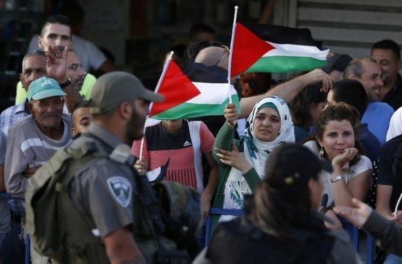 Des manifestants palestiniens lors de la Journée de Jérusalem commémorant la « réunification » de la ville par Israël à l'issue de la guerre des Six jours, en 1967 (AFP)