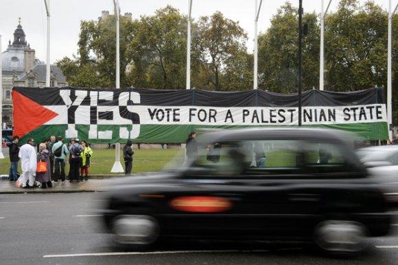 Des partisans pro-palestiniens appellent à la reconnaissance de l'État palestinien au Parliament Square de Londres le 13 octobre 2014 (AFP)