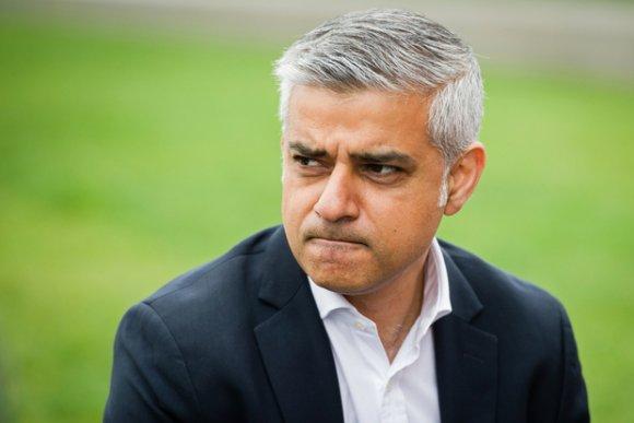 Le maire de Londres, Sadiq Khan, aperçu à l'extérieur de l'hôtel de ville, dans le centre de Londres, le 19 mai 2016 (AFP)