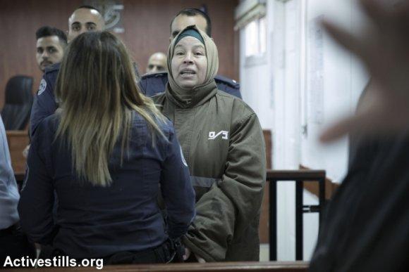Nariman Tamimi avant qu'elle soit entendue par le Tribunal Militaire d'Ofer prés de la ville de Ramallah en Cisjordanie, le 17 janvier 2018. (Oren Ziv/Activestills.org)