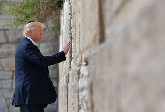 Le président américain Donald Trump se recueille devant le mur des Lamentations, à Jérusalem, le 22 mai 2017afp.com/MANDEL NGAN
