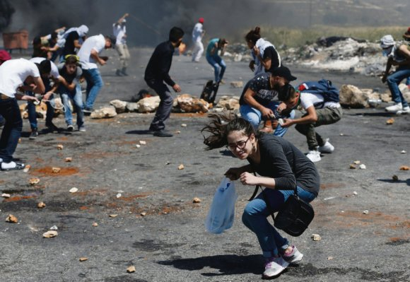 À Ramallah, de violents heurts entre des centaines de jeunes Palestiniens et des soldats israéliens ont fait au moins quatre blessés. Une manifestation s'est également déroulée devant le siège du Comité international de la Croix-Rouge (CICR). Abbas Momani/AFP