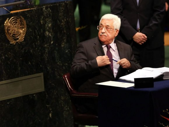 Le Président palestinien Mahmoud Abbas signe l'Accord de Paris sur le changement climatique, à l'ONU à New York, le 22 avril 2016. Crédit : Spencer Platt / Getty Images / AFP